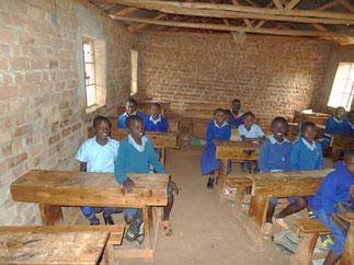 Emmanuel (ganz links im Bild) im Klassenzimmer.