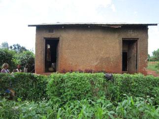 Im Jahr 2012 das Haus in welchem sie damals in einem Raum (linke Türe) lebten.