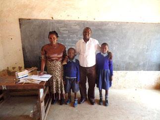 Asaph (Bildmitte) mit seiner Lehrerin, Alex dem Leiter von Hftc Kenia und einem anderen Hftc Kind (rechts).