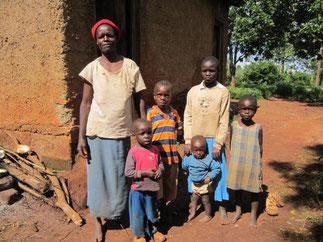 Die Familie 2012 vor dem Eingang zum Haus. Elizabeth ganz rechts und Emmanuel im gestreiften T-Shirt.