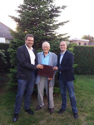 v. l.: Prof. Norbert Kockmann, Prof. Ulfert Onken und Dr.-Ing. Heiko Brandt bei der Übergabe der Stiftungsurkunde