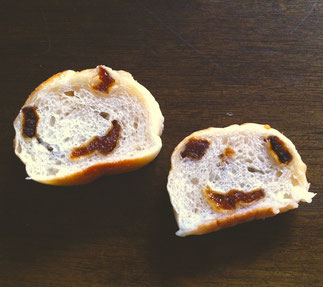 あんずフランスを食べようと思ってカットしたら…!あんずの巻き込み具合がちょうどよかったんですね〜。お茶目な表情に、笑ってしまいました。