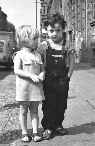 © Siebrand Rehberg - Mädchen und Junge auf der Strasse in SO 36 1972