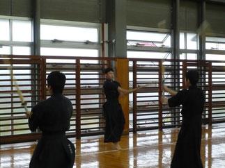 稽古会には大学生2名のみ参加。素振りの指揮を執る2年の井上康平 1日キャプテン!
