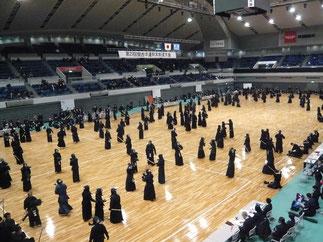 今大会も試合に先立ち開会式後に役員・選手を含めた合同稽古が実施された。