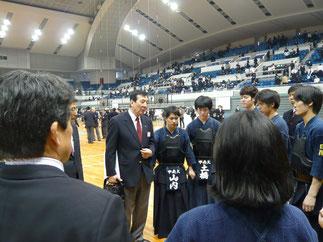 大会後、田頭先輩からのアドバイスに耳を傾ける部員達。