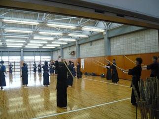 現役部員と準備体操、素振りから参加の先輩方。