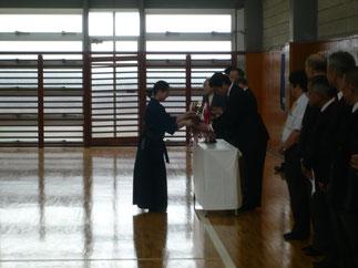 本学より伊藤師範に女子優勝杯返還。