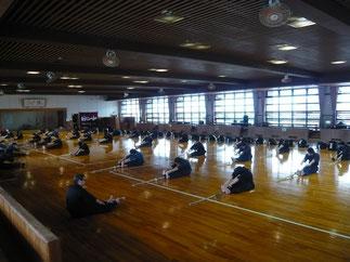 稽古は伊藤師範ご指導のもと入念なストレッチ運動から始まった