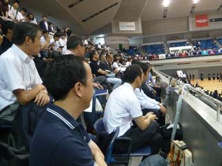 観覧席では多くのOBOGが本学の試合を見守る。