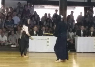 安倍 名誉師範は薙刀範士との異種試合を披露された (写真提供:吉田大樹 先輩)