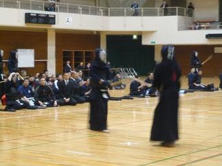 加古川刑務所チームから出場の林先輩(H21年卒)後方で見守るチームメイトの山里先輩(H15年卒)