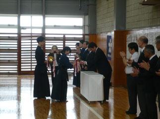 閉会式で伊藤師範より本学 樋口主将に女子優勝杯が授与。