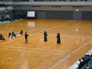 開会式後には鏡山博行 先輩(高校S29年卒、大阪大学卒)が80歳を迎えられても益々壮健な演武を披露された