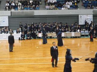 土橋選手(奥の試合場、左側)
