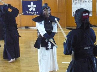 自在な足捌きと体当たりで部員たちを鍛える学習院大学 髙寺師範。