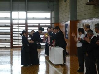 閉会式で伊藤師範より学習院大学 重黒木主将に男子優勝杯が授与。