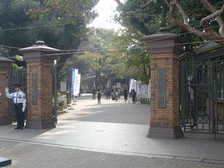 目白駅徒歩1分。2年ぶりにくぐる学習院大学西門。