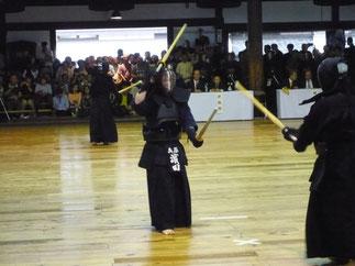 二刀を執る濱田徳明 先輩は見事なメンを連取し、会場を沸かせた。