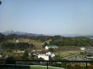 宿舎より西に大山を仰ぎ見る(中央緑色屋根の建物が練習場所)