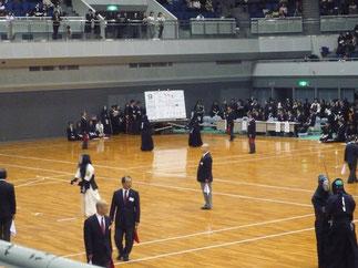 小日山選手(奥の試合場、右側)