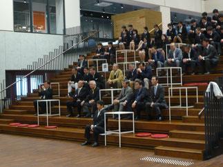 和太鼓演奏に聞き入る出席の先輩方と現役部員。