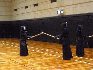1日目試合終了後には役員・審判員によるOB稽古会が実施された。井上茂明 範士八段に稽古を願う田頭先輩(右側)。