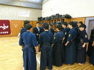 決戦を前に本学男子部員に梅木監督代理から檄が飛ぶ。