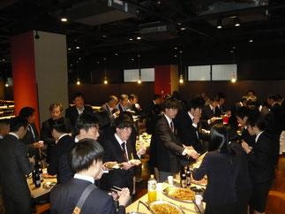 出席OBと現役部員がテーブルを囲んで昼食を共にする。