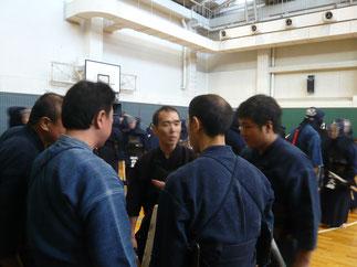 試合を前に大将の入江先輩のもと団結する選手たち。