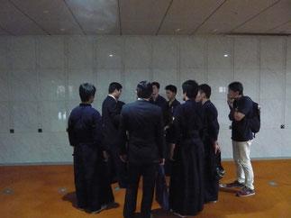初戦を終えて伊藤師範のアドバイスを真剣な眼差しで聴く選手たち