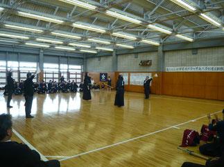大将戦で全日本大会出場の学習院 重黒木主将相手に一矢報いた本学 八幡副主将。