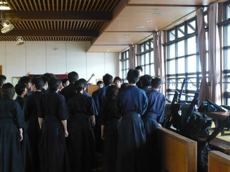 稽古開始前、今井主将のもとに部員が集合し意思統一を図る。