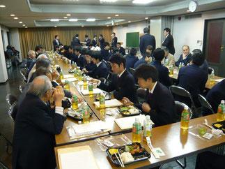食事のテーブルを囲み懇親を深めるOBと現役学生