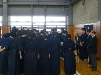 開会式終了後、監督・コーチのもとに集合する学習院陣営。