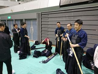 敗戦後、悔しさをにじませる男子1部Aチームのメンバー。