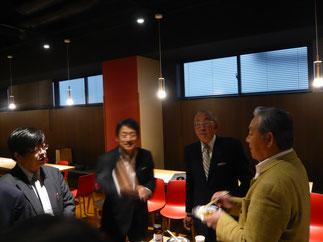 前田部長を囲み歓談する先輩方。