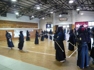 歴史ある桜材の床でウォーミングアップに励む本学部員たち