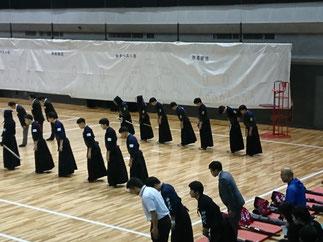 本学男子の初戦は開会式直後の第1試合目。