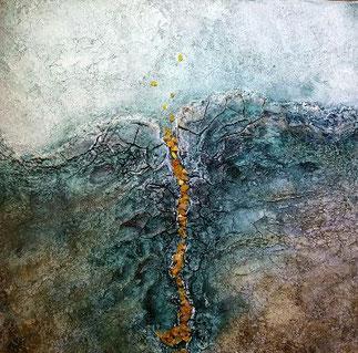 Een crauelé schilderij, vanonder af opgebouwd met bruine aarde tinten, overgaand naar aquatinten. uit lopend in wegbuigende wite schuimende golven. De lucht erboven is zacht aquablauw, en vanonderuit is er een smalle streng van gele ambersteentjes,