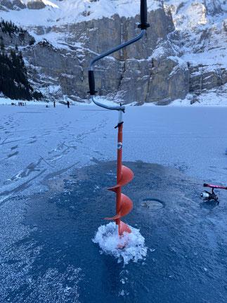Drill Point Fishing Onlineshop - Unterkategorie Bild - Eifischen und Zubehör - Eisbohrer im Einsatz