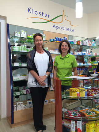 Apothekerin Angelika Klüh (rechts) mit der Auditorin Reintraut Mangels