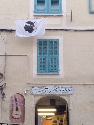 Der Korsenkopf auf der Flagge Korsikas.