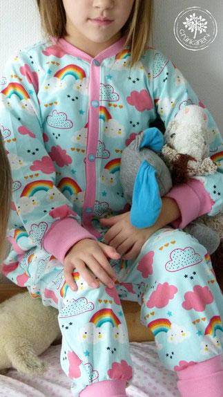 485436341b Der süße Wolkenstoff ist perfekt für Schlafanzüge! Kristin von Grünkariert  hat passend zu den großen Schlafanzügen auch welche für die Puppen gemacht.