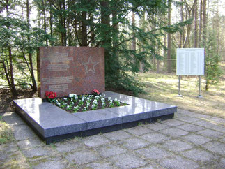 В братской могиле захоронены 319 советских военнопленных. Современный памятник из красного  гранита установлен в  1983 году. Труд военнопленных использовался на строительстве аэродрома в Пори и в порту (Мянтюлуото).
