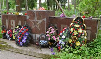 Захоронение на городском кладбище. Здесь покоятся защитники города (1941), погибшие при освобождении (1944) и погибшие в плену (1941-1944).