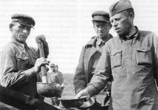 Раздача супа в лагере военнопленных Muujärvi рядом с дорогой на Rukajärvi Муезерский р-он.