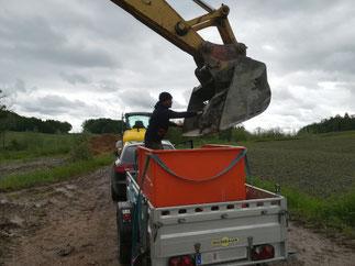 Der Lehm wird verladen - Lehmbackofen bauen