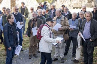 Bernd Klinkhadt führt die Gäste des Symposium über das Burggelände