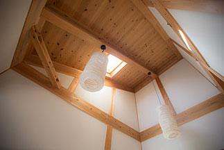 香夢花夢の吹き抜け天井。心地よい風が抜けていきます。